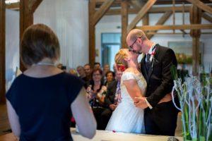 standesamtliche Hochzeit Kuss nach Vermählung