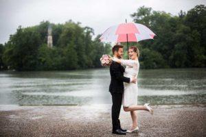 Hochzeitsfotos bei Regen mit Schirm